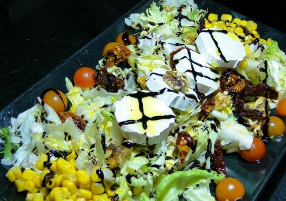 Ensalada Fantasía <small>(lechuga, escarola, tomate cherry, tomate seco, cebolla, maíz, queso de cabra, nueces, salsa balsámica de módena)</small>